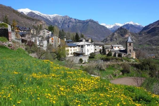 Villanova, un pueblo rodeado por montañas en Huesca