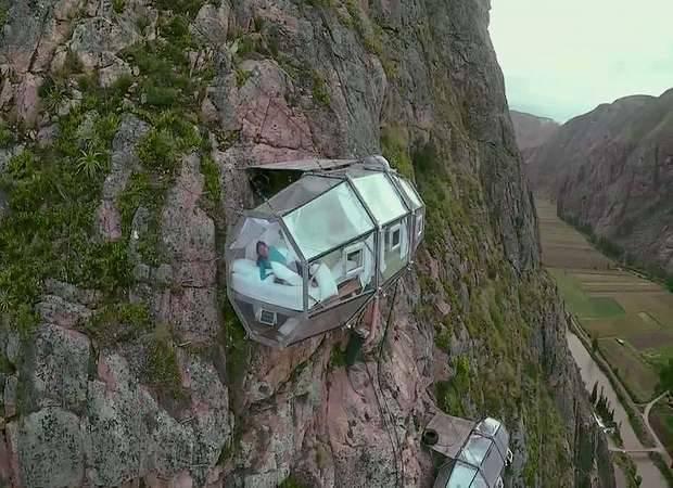 Un hotel colgado de una montaña