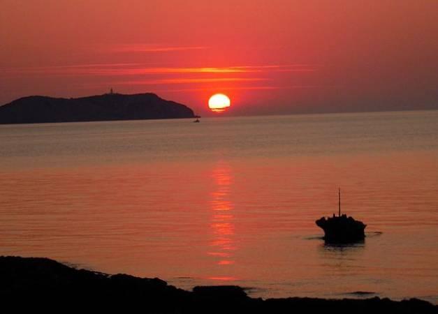 Puesta de sol vista desde la bahía de San Antonio Abad, en Ibiza